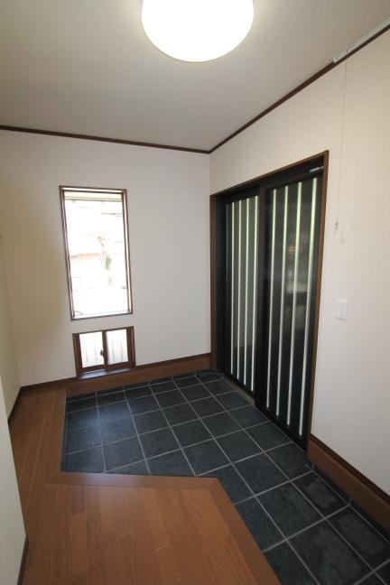 引き違い戸とタイルの玄関