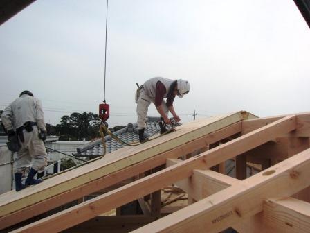 屋根パネルを載せる