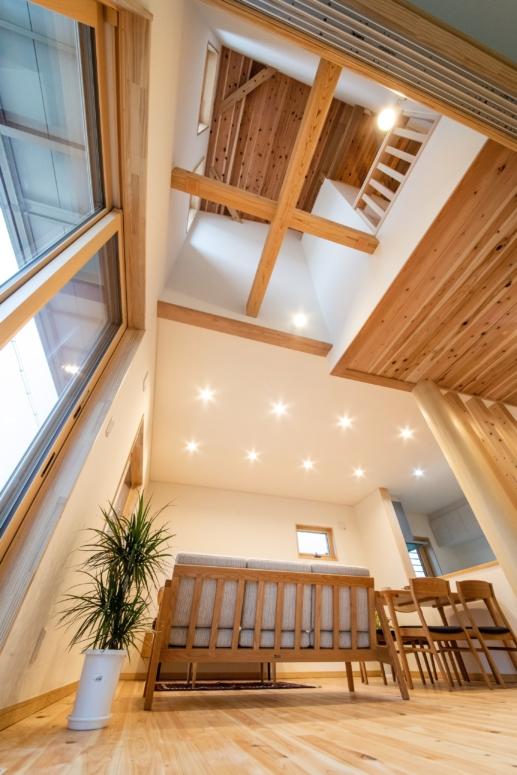小屋裏空間と組み合わせた梁を見せる天井