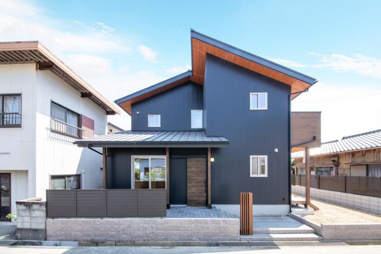 モダンな外観デザインを際立てる無垢材の軒裏